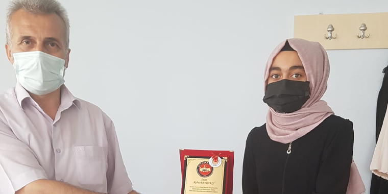 Kur'an-ı Kerim'i Güzel Okuma Türkiye Birincisi Öğrencimize Plaket